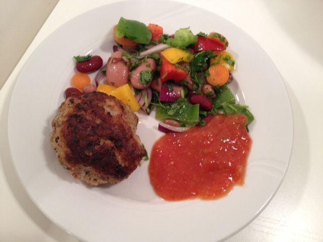 Krydret frikadelle med bønnesalat og salsasauce