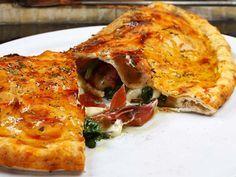 Die Calzone ist eine Variante der typisch italienischen Pizza. Füllen dürfen Sie nach Lust und Laune, alle Arten von Gemüsen, Käse, Schinken … Einige mediterrane Gewürze dazu, etwas Tomatensauce und fertig ist der Genuss.    http://einfach-schnell-gesund-kochen.de/calzone/