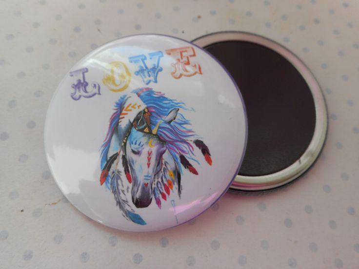 """Grand magnet 56 mm """"cheval multicolore"""" blanc, bleu, rose, rouge, jaune, bronze, plumes : Accessoires de maison par miss-coopecoll"""