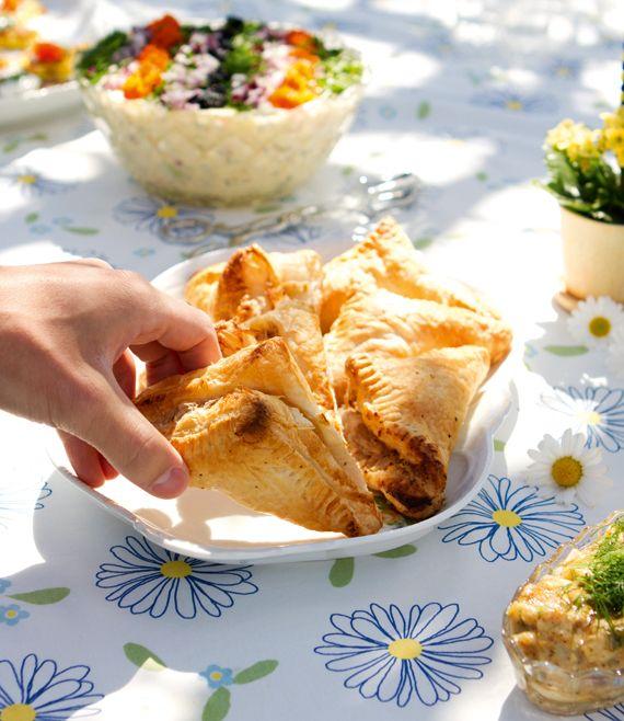 Smördegspaket med valnötskräm och päron, 12 st Valnötter och päron är ett populärt radarpar, här inbakade i smördeg. Fungerar lika bra kalla på en buffé som varma med en kula glass till efterrätt. 6 smördegsplattor 1 päron Valnötskräm 3 dl, ca 150 g, valnötter ½ dl neutral olja 1 tsk torkad rosmarin ½ dl vatten …