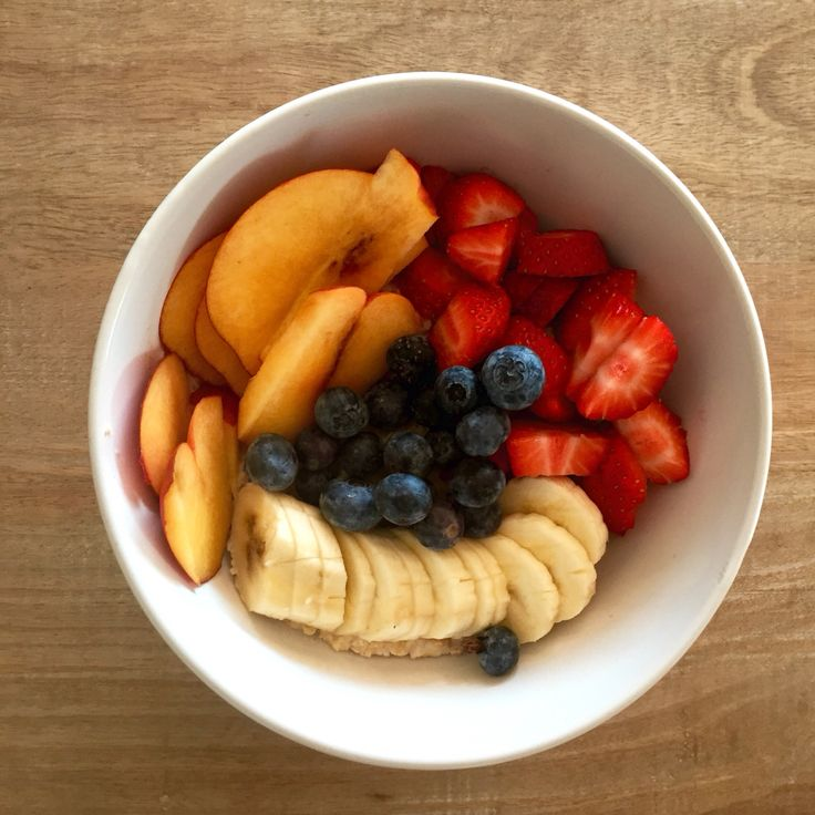 Breakfasts oats topped with fruit