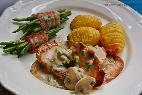 Schweinemedaillons, Champignonrahmsoße, Fächerkartoffeln und Bohnen im Speckmantel