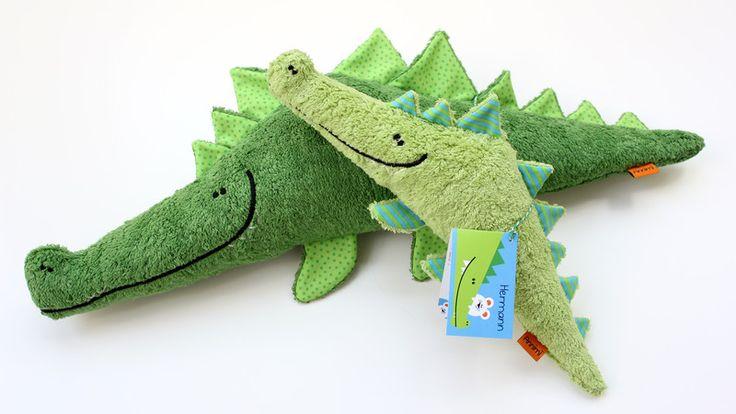 **Hellö! Ich bin Hermann.** Als Krokodil spiele ich wahnsinnig gerne Verstecken – am liebsten mit meinem Mäusekumpel Karl. Seltsam, dass die Zebras, Antilopen und Elefanten das nie so witzig...