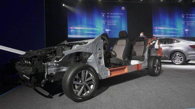 A Volkswagen apresentou oficialmente sua maior aposta para 2018, o Virtus. O sedã do Novo Polo enfrentará uma nova concorrência, formada pelo Fiat Cronos e pela renovação do Honda City, que também serão lançados no inicio do ano que vem. Em vídeo, mostramos os detalhes do VW, como o entre-eixos alongado, com a mesma medida do atual Jetta, e o generoso porta-malas.