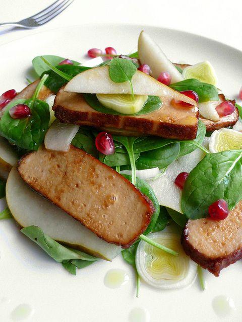 Insalata di tofu affumicato, pere, porri e spinaci