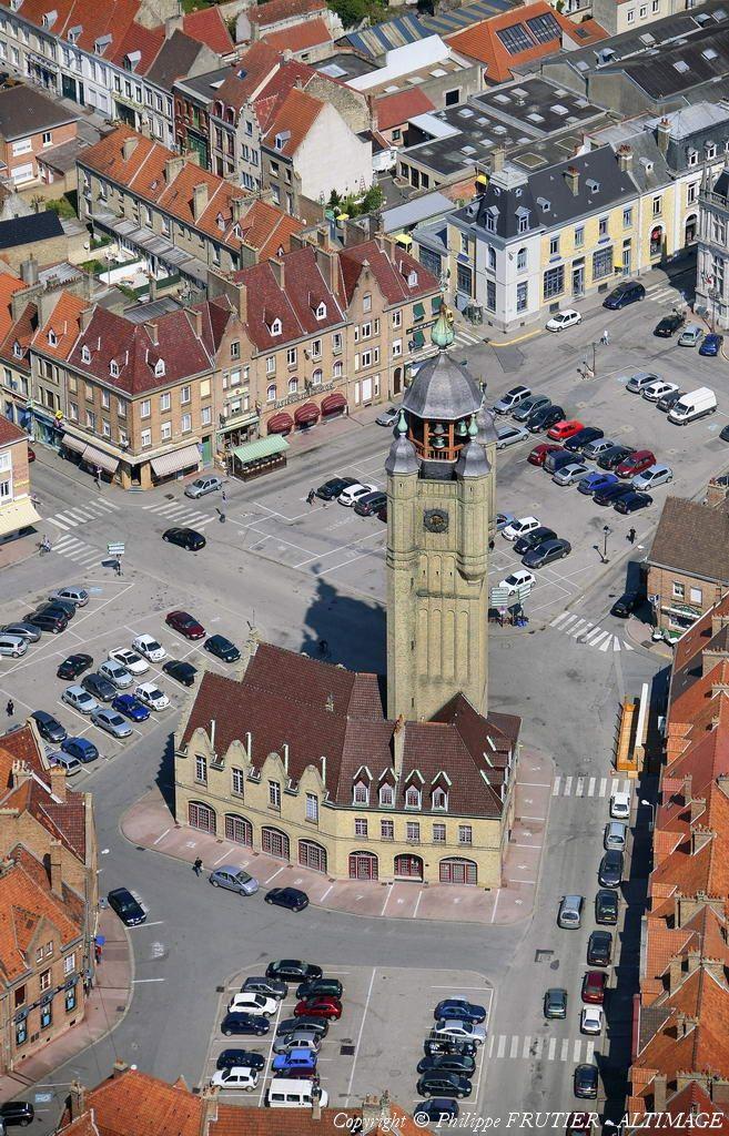 Le village de Bergues, célèbre depuis le tournage du film de Dany Boon, vu du ciel