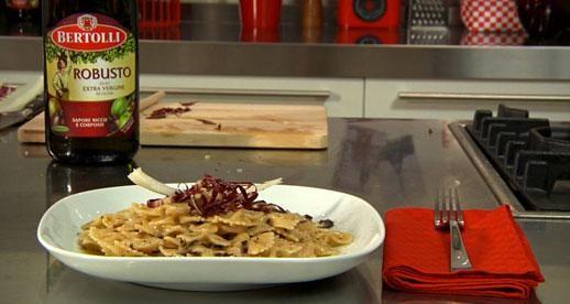 Olio Robusto per la nostra ricetta: Farfalle al formaggio e radicchio rosso #olio #bertolli #robusto #ricette #farfalle #radicchio #cipolla #brie #nocemoscata