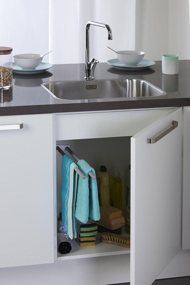 Handdoekenrek, mooi uit het zicht weggewerkt en uittrekbaar en dus kan je de theedoeken makkelijk pakken.