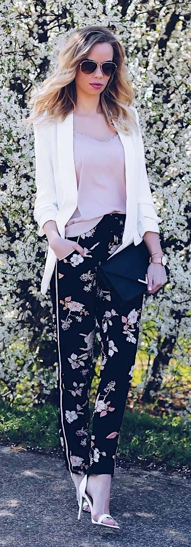 Cute spring outfit with floral pants, boyfriend blazer and single strap heels. Look-Outfit of the day-ootd-Frühling-Blumen-Stoffhose-weiß-Sandaletten-Satin Top-Zara
