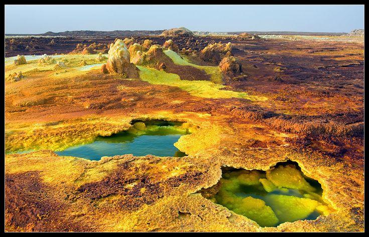 на первый взгляд,твердая поверхность вулкана-впечатление обманчивое.....Под слоем хрупкой соли много *кислотных* луж, куда можно провалиться. Место-очень опасное.