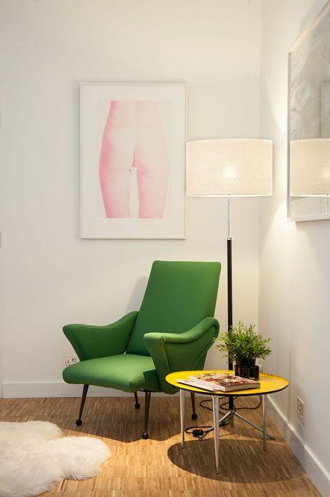 Un angolo lettura con una confortevole poltrona vintage. La pianta libera del loft ha permesso al cliente variare la disposizione degli arre...