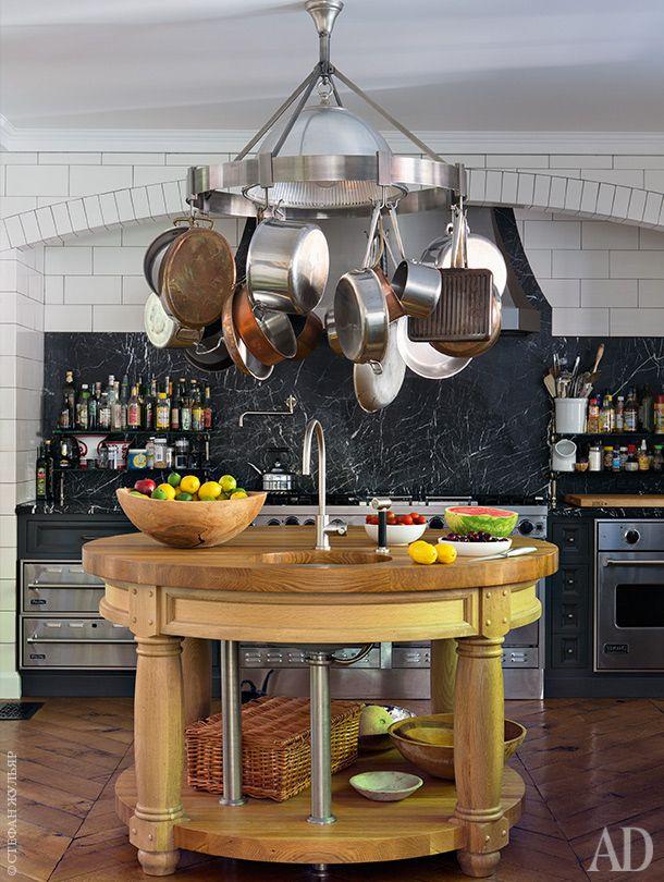 Кухня. Кухонный остров сделан на заказ по мотивам архитектуры Эдвина Лютиенса…