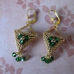 Irlande celtique - boucles d'oreille en tissage peyote triangle, doré et vert (dark moss green)