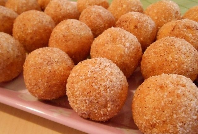 Sastojci  1 pomorandza  200 gr mlevenog keksa  100 gr kokosa       100 gr secera u prahu  50 gr margarina  1 kasika ruma  cimet i vanilin...