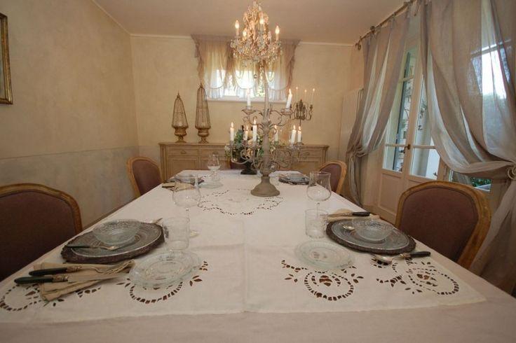 Deze droomvilla is gelegen in Pieve di Camaiore. Antonella is een uitstekende keuze: gelegen te midden van groen voor een ontspannen wandeling in de omgeving en toch de kust met eindeloze zandstranden niet ver weg. Lucca en andere kunststeden als Pisa, Florence en Siena zijn gemakkelijk te bereiken. Het is ook prettig dat u de mogelijkheid heeft om de boodschappen te voet te doen en lopend naar het nabijgelegen restaurant te kunnen.