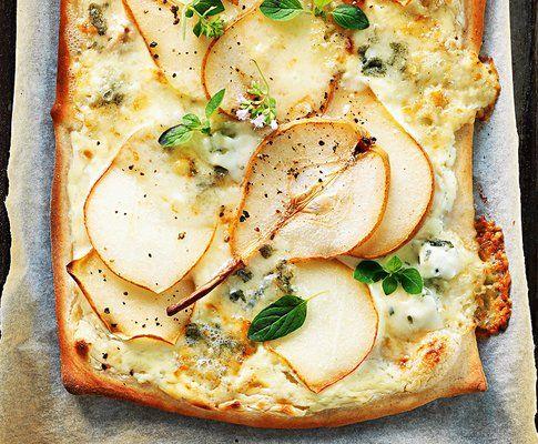 Tarte flambée avec poire et fromage à pâte persillée