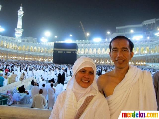 Joko Widodo yang akrab dipanggil Jokowi bersama istri Hj Iriana berfoto di depan Kabah