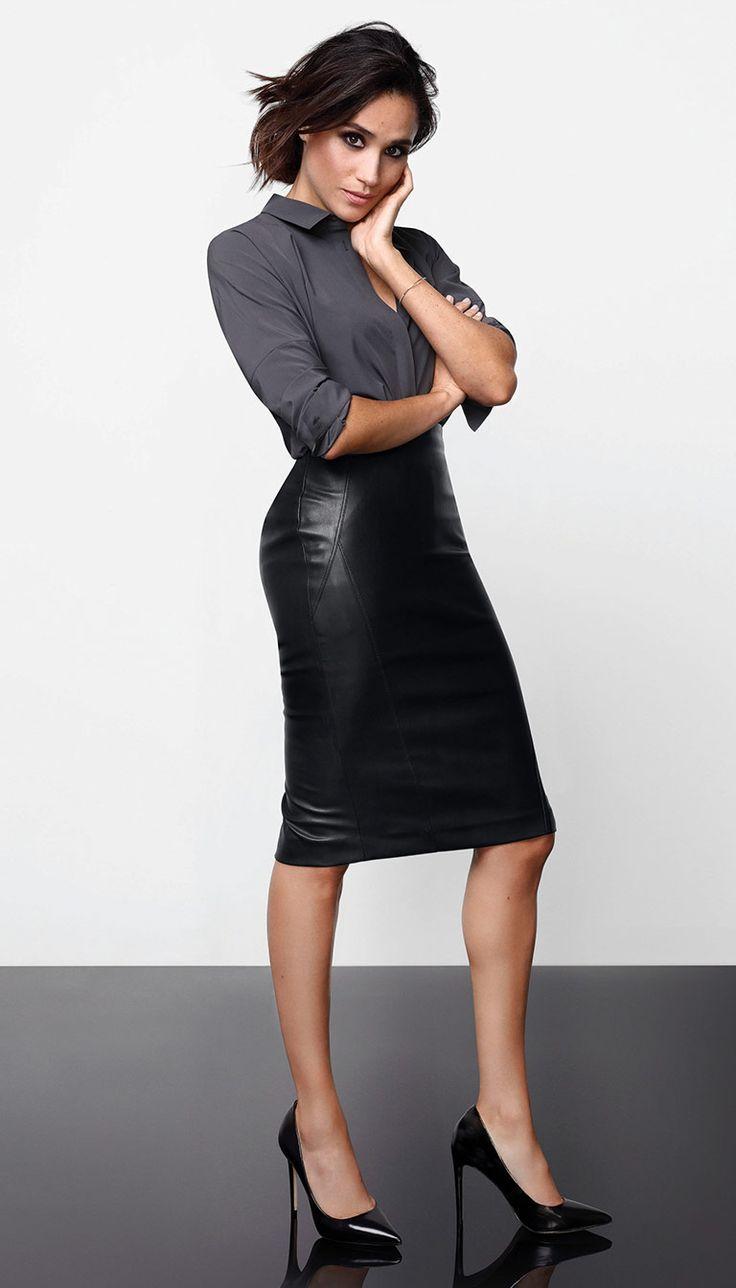 Confectionnée dans un similicuir soyeux à l'aspect - à s'y méprendre! - du vrai cuir, cette jupe peut être portée à l'infini, en semaine comme durant le week-end. D'une longueur genou, elle est munie d'une fente et d'une glissière au dos. Combinez cette jupe extensible avec le body de la même collection et des talons hauts pour un look épuré et féminin.