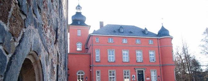 Burg Wissem in Troisdorf  Die Räume in der Remise können für kulturelle Veranstaltungen angemietet werden. In der Remise stehen zur Verfügung        ein Veranstaltungsraum mit Galerie      ein Aktionsraum (Verlängerung der Galerie)      zwei Ateliers.