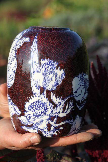 Maurice Christo van Meijel: Pieter van Schelt heeft mijn keramiek gefotografeerd. Het decor is de volkstuin. De herfst en de oogstkoningin spelen de hoofdrol. De keramiek en de foto's zijn een eerste aanzet voor een eerbetoon aan de trotse, werkende vrouw. Deze vaas is een trofee, een bokaal voor de heldin van de volkstuin. De vaas heeft geen titel en is 19 cm hoog (particuliere collectie). (www.mauricechristo.com)