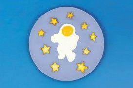 Space Egg - Astronaut van DOIY Warm boter of olie op in de pan, leg de vorm erin en breek het ei in de helm van de astronaut. #spaceegg #ei #gebakkenei #doiy #cadeau #kookcadeau #sinterklaascadeau #kerstcadeau