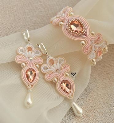 Biżuteria ślubna haftowana z sutaszu, szklanych perełek, kryształków i jadeitów.
