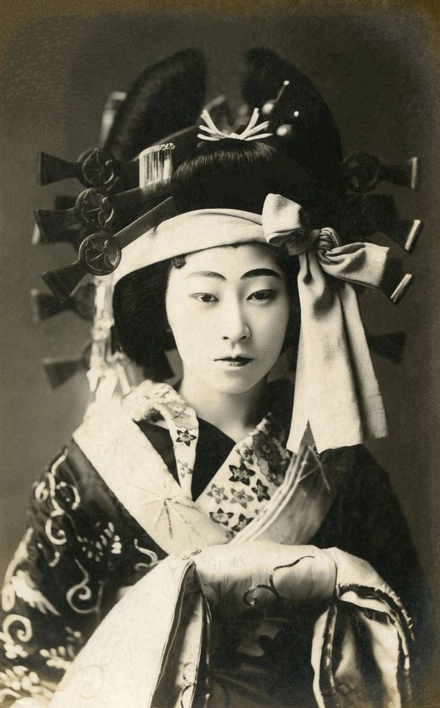 Courtesan Yagumo (Thick Clouds) of the Shimabara district in Kyoto, postmarked Taishō 11 (1922).