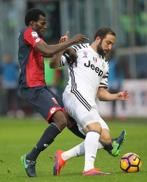 Gonzalo Higuain (R) of Juventus FC competes for the ball with Isaac Cofie (L) of Genoa CFC during the Serie A match between Genoa CFC and Juventus FC at Stadio Luigi Ferraris on November 27, 2016 in Genoa, Italy.