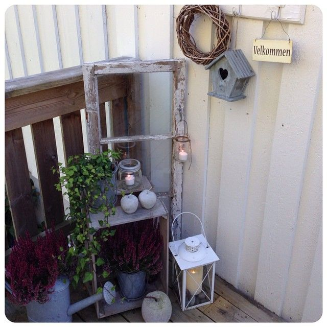 #Hauseingang #Laterne #Fenster #Gießkanne #Obstkiste #Vogelhäuschen #Shabby #Rustic #Welcome #Deco #Crafts #Candles Copyright by @tonejull // Instagram