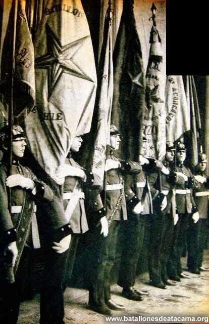 Fotografías Históricas de La Guerra del Pacifico 1879 _ 1884 Estandarte de los batallones y regimientos de las campañas de la Guerra del Pacifico los Porta estandartes son cadetes de la escuela militar.