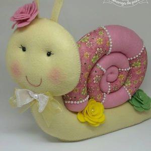caracol em feltro e tecido estampado decorado com flores e perolas ideal para decoração de festa tema jardim
