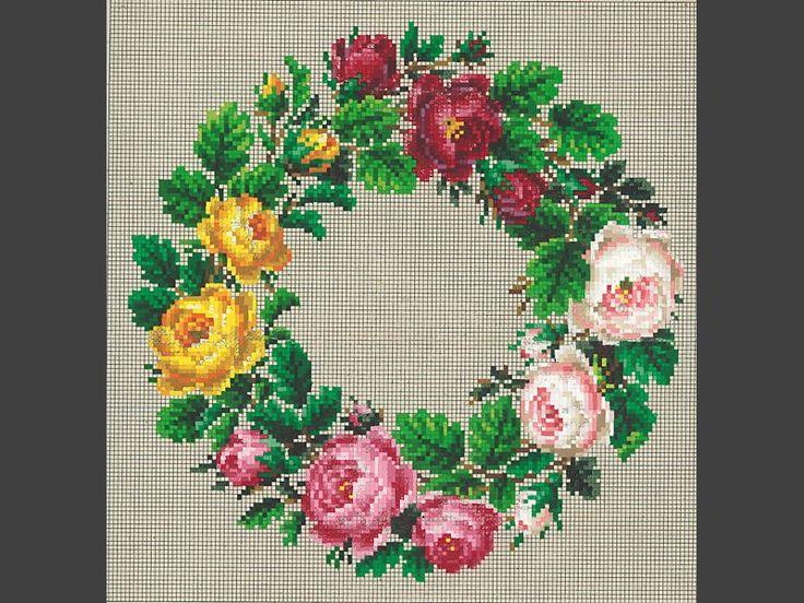Mönster. För korssöm, tryckt och handkolorerat. Blomkrans i rosa, rött, gult och grönt