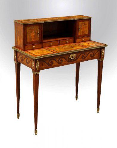 BONHEUR DU JOUR : nouveauté de l'époque Louis XVI. Meuble destiné aux dames. Il peut remplir des fonctions différentes selon l'endroit où on le place : bureau et secrétaire dans le salon, chiffonnier ou coiffeuse dans la chambre ou meuble d'exposition.