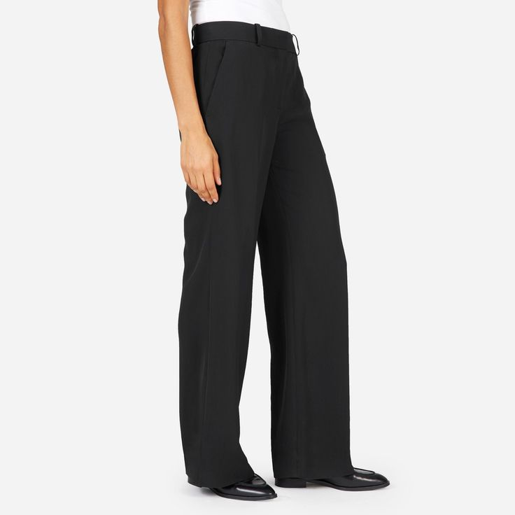 The easy way to add some polish. Our wrinkle-resistant Japanese GoWeave fabric gives this wide-leg pant a fluid, flattering drape.