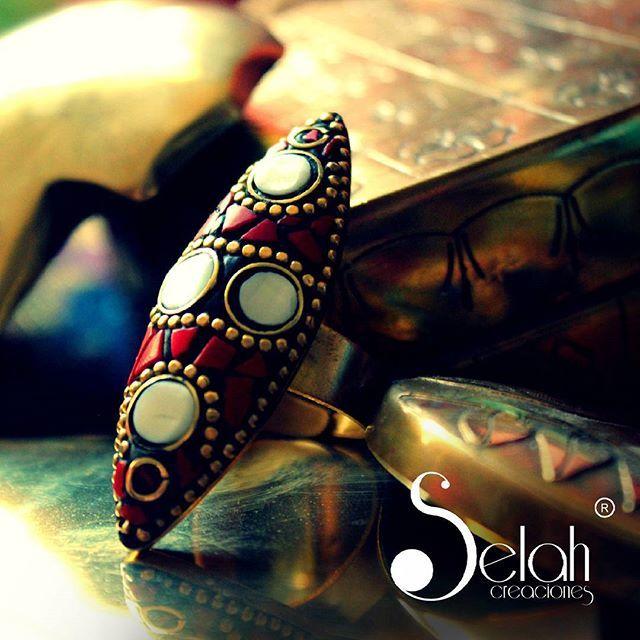 """Anillo hecho por artesanos de la India. Fino trabajo que refleja los colores y formas de la cultura Asiática. Metal : Bronce  Modelo : Ajustable """"El Amor es el significado ultimado de todo lo que nos rodea. No es un simple sentimiento, es la verdad, es la alegría que está en el origen de toda creación"""" Rabindranath Tagore ( Filosofo y Escritor Indio )  Selah Creaciones... nuestro sello, esta en las Naciones ! #selahcreaciones #india #travel #B&W #HTers #HashTags #PS #amazing #art #artistic…"""