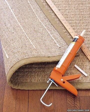 Faça listras de silicone de calafetar para manter tapetes no lugar, sem escorregar --  acrylic-latex caulk to keep rugs from slipping  -- http://marthastewart.com/