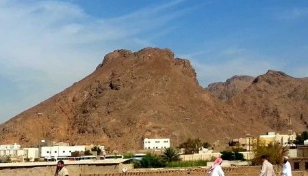 GUNUNG UHUD – SYUHADA PEMANAH – MADINAH MUNAWARAH Think not of those who are killed in the way of Allah as dead. Nay, They are alive, with their lord, and they have provision. Mount Uhud (Medina, Saudi Arabia) : Battle of Uhud, Mountain of Uhud Mountain of the archers  http://ahlesunnatuljamaat.com/uhod-martyrs-and-archers-mountain/