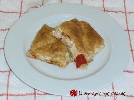 Κοτόπιτα αμαρτίας, 1 στήθος κοτόπουλου διπλό, 1 πακέτο σφολιάτα, 5 φέτες γαλοπούλας,  2-3 πιπεριές, 1 κούπα τρίμμα φέτας, 2 κούπες κίτρινο τυρί, 3 κ.σ. μαργαρίνη, αλάτι, πιπέρι, πάπρικα