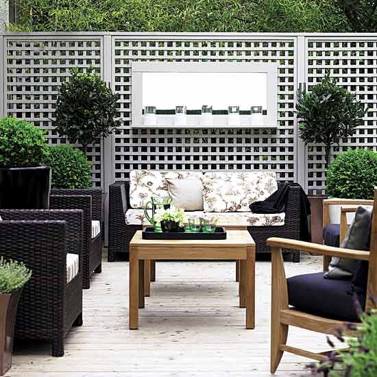 love the painted trellis and the gray, black colour  combo #trellis #garden #garden_furniture #wicker
