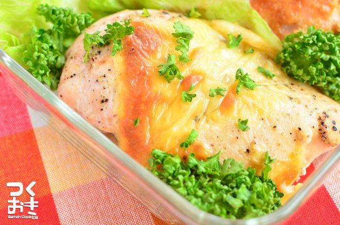 下ごしらえをしてオーブンで焼くだけ!他の料理と平行して作れてしまう便利さが嬉しい、鶏むね肉のレモンペッパーチーズ焼きです。時間を置いてもパサパサ感がなくとってもジューシー。サラダに、サンドイッチに、大活躍の1品です。