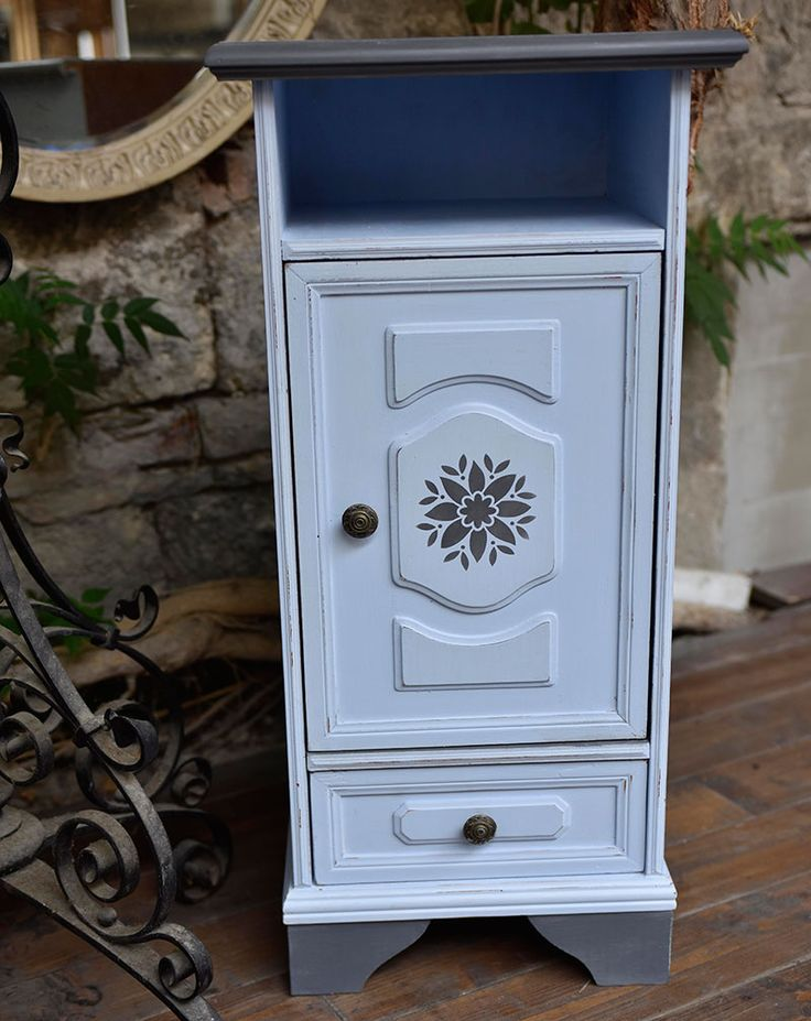 Tejfestékkel festett kisszekrény. / Small blue cupboard painted with GraceMary milk paint.