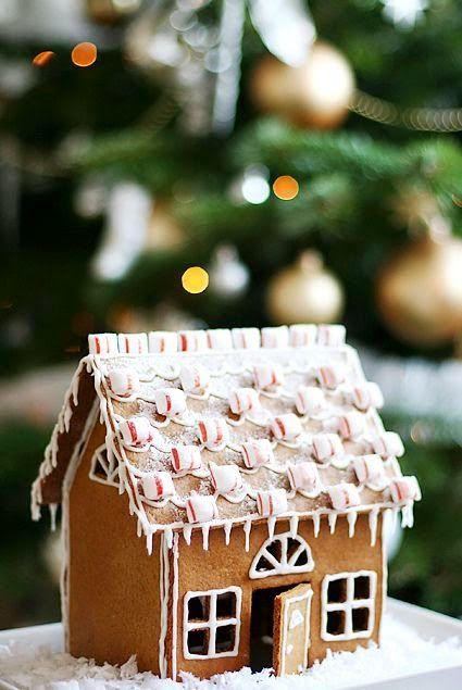Gingerbread house with peppermint tiles - Pepparkakshus med takpannor av polkagris