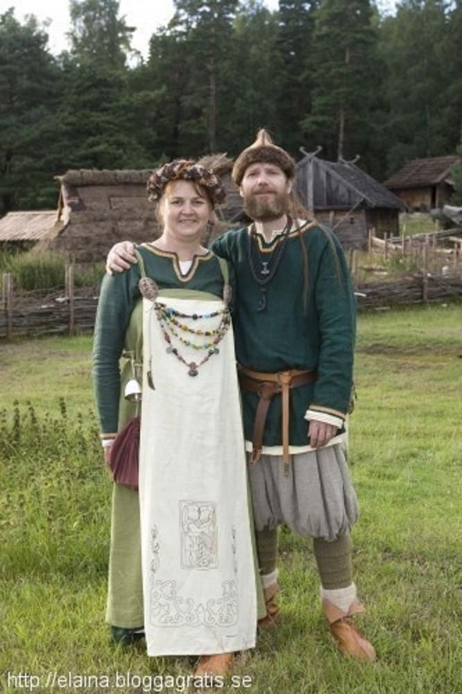 Swedish reenctor couple. Intresting that the woman wears an apron, on top of the apron dress.