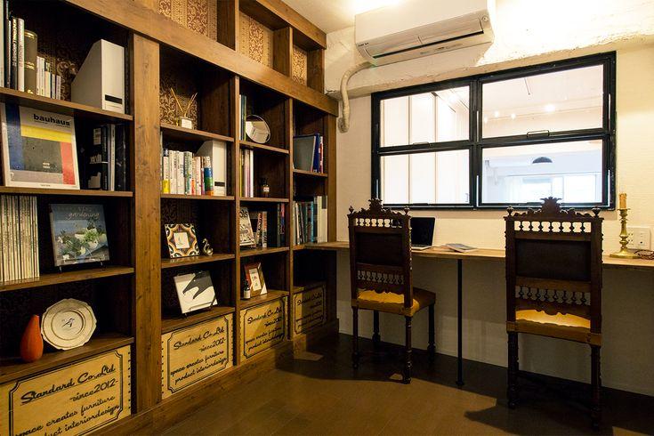 京都市、築44年の中古分譲マンションをリノベーション。 読書好きのご夫婦が暮らす2LDK+WIC。ヨーロッパの図書館をイメージした書斎には大量の本を収蔵できるように造作書棚を壁一面に設置。 スーツケース置き場や洗面の位置をキッチン横に配置するなど、適材適所に気の届いた収納や棚を設け、 住み手の使いやすさを考えた空間となりました。