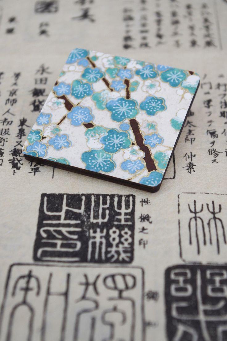 """dáma z orientu """"Tomomi"""" - exkluzivní dřevěná brož s tradičním japonským papírem Chiyogami / Orient Lady """"Tomomi"""" - exclusive wooden brooch decorated with traditional Japanese paper Chiyogami"""
