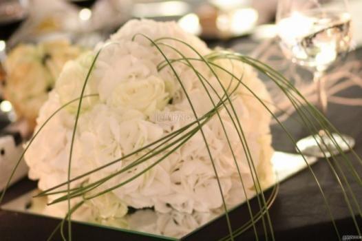 Un grazioso #centrotavola di fiori bianchi
