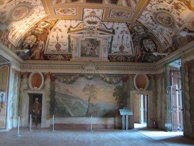 Sala di Villa d'Este -  Realizzata da artisti come Bernini e dagli architetti Pirro Ligorio e Alberto Galvani, è stata dichiarata nel 2001 patrimonio dell'Unesco ed è stata costruita ispirandosi al fasto della Roma antica. La struttura della villa e i suoi giardini è straordinaria, così come il paesaggio e la vegetazione di Tivoli che la circondano, bagnati dal fiume Aniene.