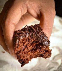 Супер влажный шоколадный пирог (без яиц) - Kurkuma project (Проект Куркума) Минимум продуктов, минимум времени и у вас на столе прекрасный супер-влажный шоколадный пирог без яиц. Этот пирог будет настоящим искушением для любителей шоколада. Также важно, что пирог готовится без яиц! Внутри пирог получается супер-влажным, а снаружи с легкой хрустящей корочкой.