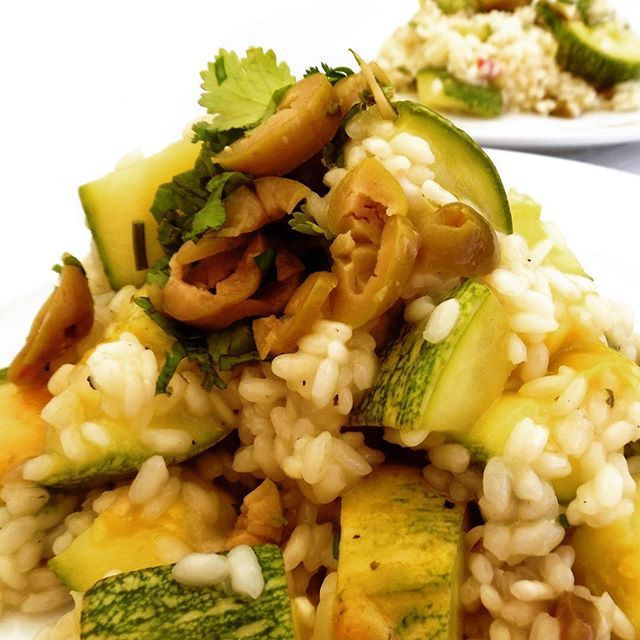 El risotto se prepara con un tipo de arroz llamado arborio, arroz italiano de grano corto. Debe quedar al dente. Este es un risotto vegetariano con zapallo italiano. #Curauma #CuraumaCatering #yummy #Placilla #Valparaíso #ViñadelMar #Quilpué #ZucchiniRisotto #risotto #vegetariano #vegetarian #vegetarianfood #banquetería #catering #hautecuisines #instacurauma