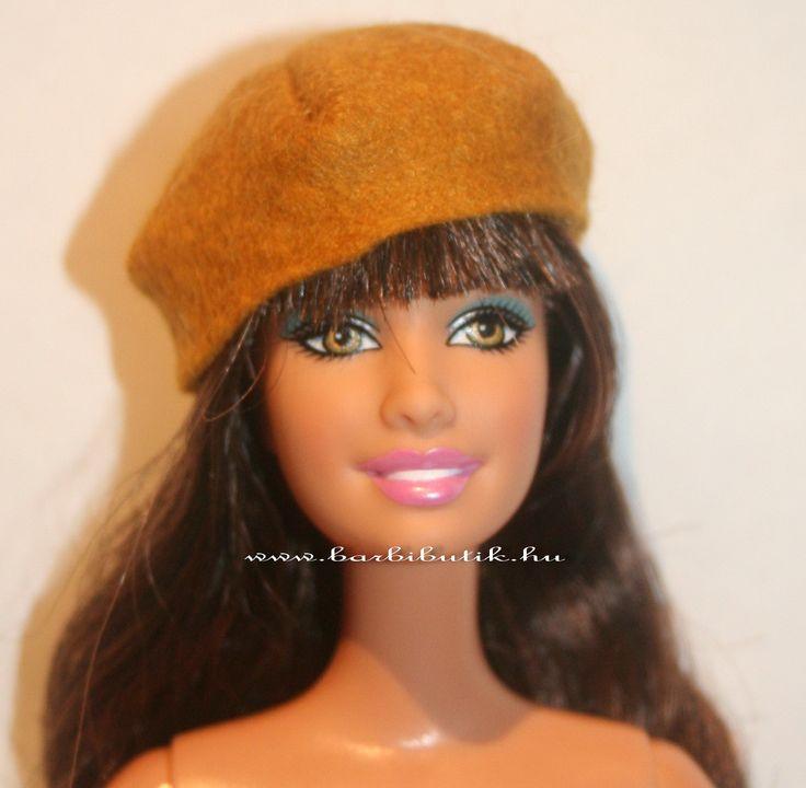 Filcből készült Barbie sapka.